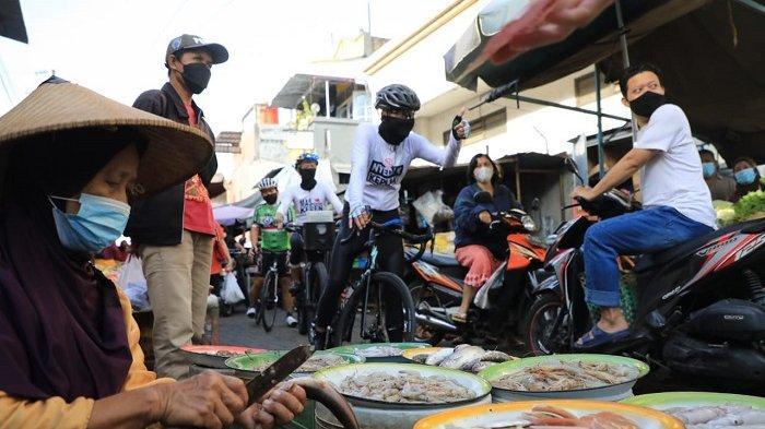 GUBERNUR Ganjar Pranowo Gowes Keliling Pasar dan Perkampungan Semarang Sosialisasi Prokes Covid-19