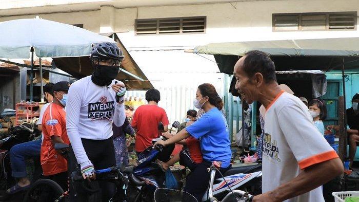 Gubernur Jawa Tengah Ganjar Pranowo naik sepeda blusukan ke pasar-pasar dan  perkampungan di Semarang untuk sosialisasi protokol kesehatan terkait wabah Cobid-19. Ganjar menemui warga mengingatkan untuk memakai masker atau membagikan masker gratis.