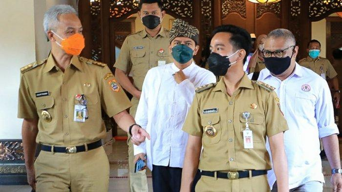 Gubernur Jateng Ganjar Pranowo didampingi Wali Kota Surakarta Gibran Rakabuming Raka meninjau persiapan pembelajaran tatap muka (PTM) di dua sekolah yakni SMAN 1 dan MAN 1 Surakarta, Senin (29/3/2021).