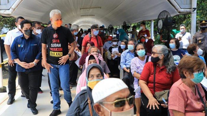 Gubernur Jawa Tengah Ganjar Pranowo mendampingi Menteri BUMN Erick Thohir mengecek sentra vaksinasi yang dibuka atas kerja sama Kementerian BUMN dan Kementerian Kesehatan serta pemerintah daerah (pemda) di Kompleks PRPP Jawa Tengah di Semarang, Minggu (21/3/2021).