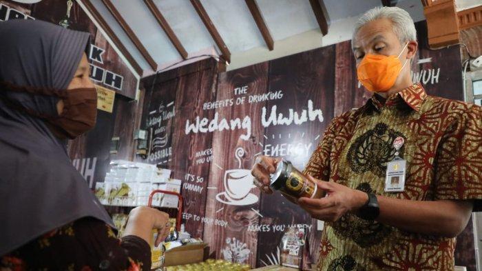 Gubernur Jawa Tengah Ganjar Pranowo saat mengunjungi lokasi pengemasan parsel lebaran berisi produk UMKM di Jalan Urip Sumoharjo nomor 41, Ungaran, Kabupaten Semarang, Selasa (27/4/2021).