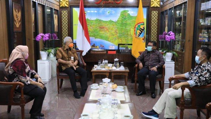 Gubernur Jawa Tengah, Ganjar Pranowo dan Ketua KPAI, Susanto saat datang ke kantor Ganjar, Rabu (31/3/2021).