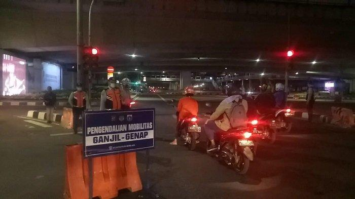 Pelanggar Ganjil Genap di Jalan Rasuna Said Cukup Banyak Pada Malam Hari