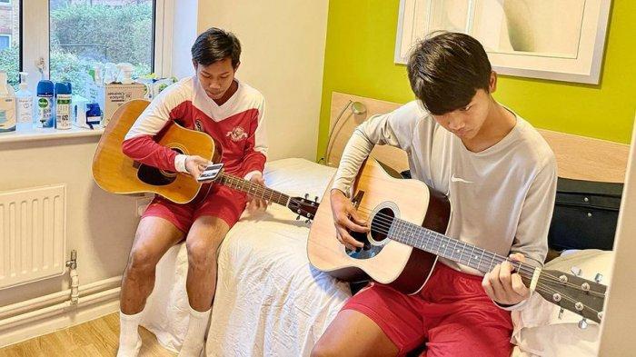 Sebagain pemain Garuda Select III mengisi waktu luang dengan bermain gitar atau play station