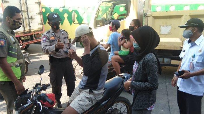 Petugas Bagi-bagikan Masker Gratis ke Warga Lewat Program Gebrak Masker
