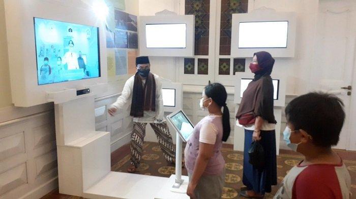 Warga sangat antusias mengunjungi Museum Digital Gedung Juang 45 Tambun, di Jalan Sultan Hasanudin, Desa Setiadarma Kecamatan Tambun Selatan, Kabupaten Bekasi, Jawa Barat, Kamis (25/3/2021). Museum Digital Gedung Juang 45 Tambun ini baru diresmikan akhir pekan lalu setelah gedung ini selesai direvitalisasi.