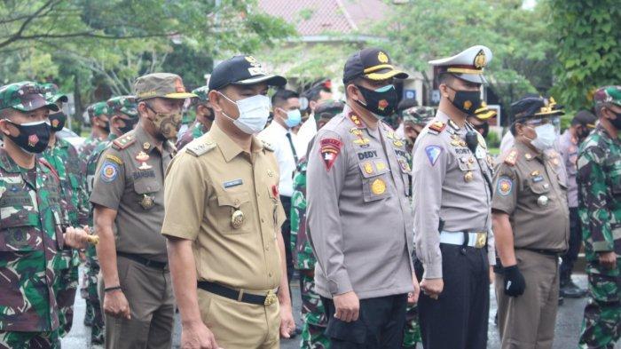 Wakil Bupati Tangerang Mad Romli hadiri langsung Apel Gelar Pasukan Operasi Lilin 2020 dalam rangka Pengamanan Natal 2020 dan Tahun Baru 2021. Kegiatan ini berlangsung di Gedung Serba Guna (GSG) Kabupaten Tangerang, Senin (21/12/2020).