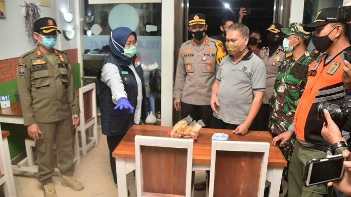 Bupati Bogor, Ade Yasin lakukan patroli dan inspeksi mendadak (Sidak) ke beberapa tempat usaha di kawasan Sentul City, Kecamatan Babakan Madang Kabupaten Bogor, Selasa (12/1/2021) malam.
