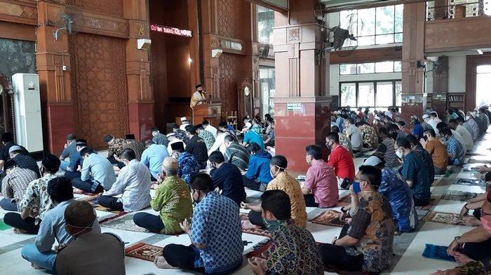Gelar Salat Jumat Pertama Pasca PSBB, Masjid Agung Balai Kota Depok Laksanaan Salat Hanya 15 Menit