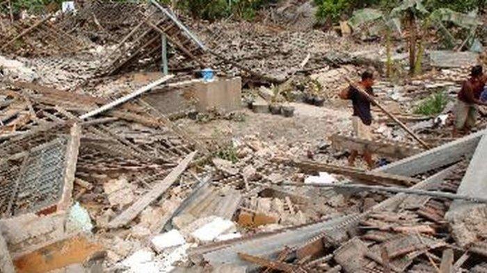 Warga di Dusun Sarap Cilik, Canan, Wedi, Klaten, Jawa Tengah, mencari barang-barang yang bisa diselamatkan dari reruntuhan rumah pada 28 Mei 2006.