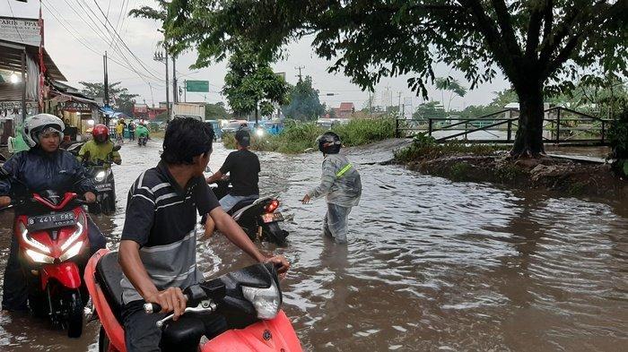 Belasan Motor Mogok Akibat Menerobos Jalan Raya Bambu Kuning yang Banjir