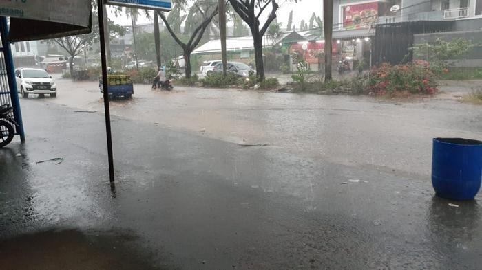 Hujan Satu Jam di Jalan Royal Kota Tangerang Mengerikan, Tergenang dan Berlubang serta Minta Korban