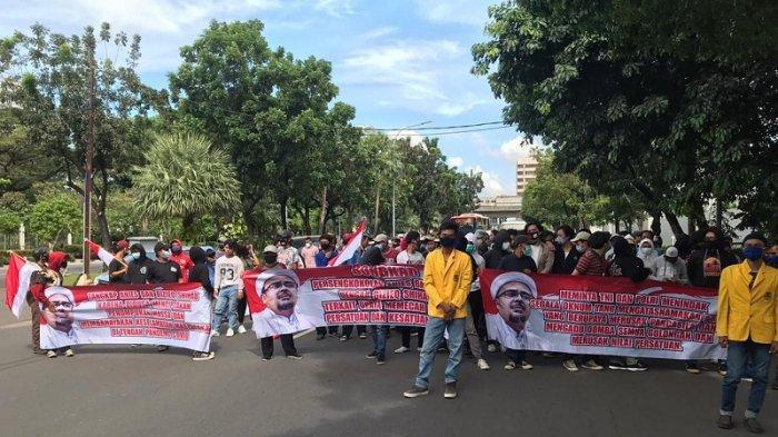 Datangi Balai Kota, Demonstran Desak Anies Mundur, Tuding Habib Rizieq Sebabkan Kasus Covid-19 Naik
