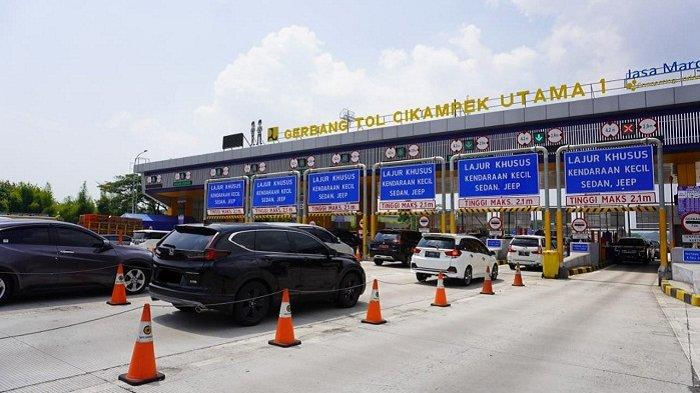 Suasana arus lalu lintas kendaraan di Gerbang Tol (GT) Cikampek Utama, Kamis (20/8/2020), bertepatan libur Tahun Baru Islam. Pada H-1 kemarin, Jasa Marga mencatat 162.938 kendaraan meninggalkan Jakarta dari empat Gerbang Tol Utama.