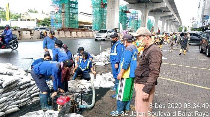 Gerebek Lumpur Bersihkan Saluran Air Jalan Boulevard Barat Kelapa Gading Jakarta Timur
