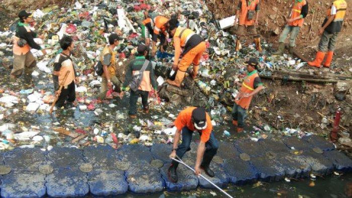 Kecamatan Jatinegara Gerebek Sampah di Kali Cipinang, Berharap Warga Mencontoh