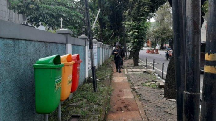 Tim Penjinak Bom Gegana Detasemen Sat Brimob Polda Metro Jaya tampak menyisir Gereja Santa Maria Perawan Ratu di Jalan Suryo, Blok S, Kebayoran Baru, Jakarta Selatan, Sabtu (3/4/2021) sore.