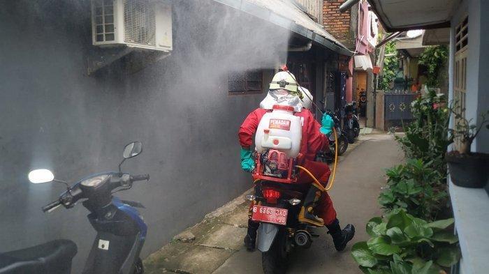 Damkar Masih Semprot Disinfektan 13 RW yang Masuk Daftar Zona Merah