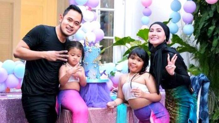 Pengusaha dan influencer Gilang Widya Pramana dan Shandy Purnamasari saat merayakan ulang tahun anak keduanya, Rabu (22/9/2021). Mereka memberi kado ulang tahun berupa ribuan coklat sebanyak satu truk.