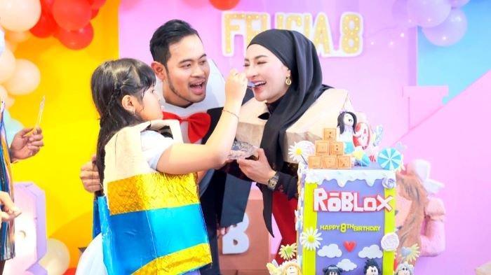 Crazy Rich Malang membuat pesta ulang-tahun untuk anaknya di J99 Tower Jakarta. Pesta ulang-tahun ke-8 Felicia Lasha Zateera, anak Gilang Widya Pramana dan Shandy Purnamasari, digelar Selasa (12/10/2021).