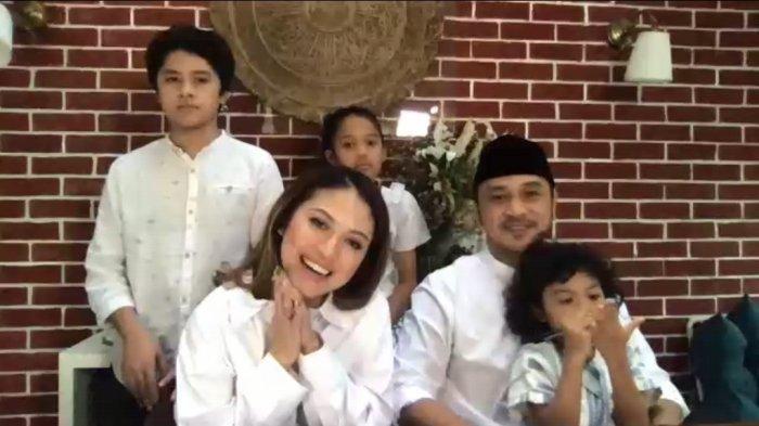 Giring Ganesha dan Cynthia Riza bersama anak-anak mereka saat menjalani press conference virtual, Rabu (26/8/2020).