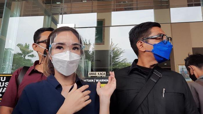Gisella Anastasia ditemani Sandy Arifin (kanan), pengacaranya, saat mendatangi Kejaksaan Negeri Jakarta Selatan, Kamis (4/3/2021).