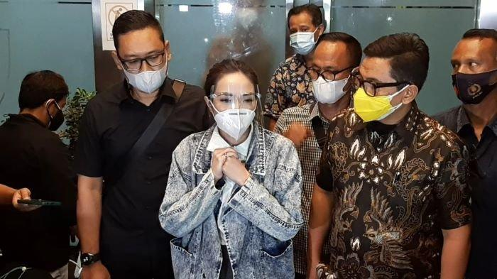Penyanyi dan pemain film Gisella Anastasia selesai menjalani pemeriksaan sebagai tersangka kasus pornografi di Direktorat Reserse Kriminal Khusus Polda Metro Jaya, Jumat (8/1/2021) malam.