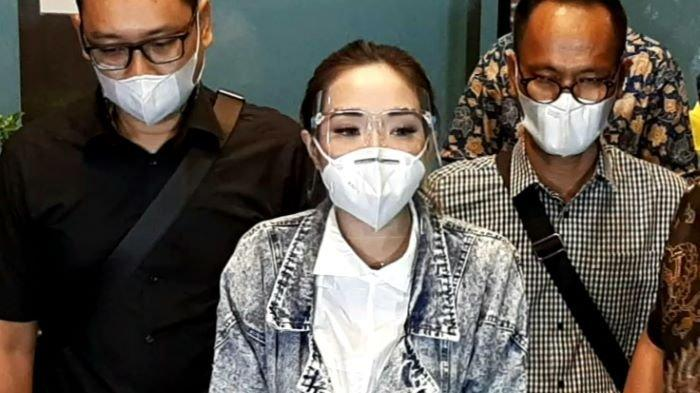 Gisella Anastasia setelah menjalani pemeriksaan sebagai tersangka kasus pornografi selama 10 jam di Direktorat Reserse Kriminal Khusus Polda Metro Jaya, Semanggi, Jakarta Selatan, Jumat (8/1/2021) malam.