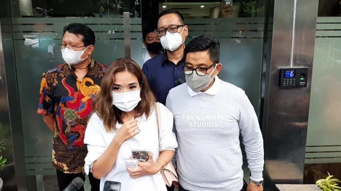 Gisella Anastasia ditemani Sandy Arifin, pengacaranya (kanan), di Ditreskrimsus Polda Metro Jaya, Selasa (17/11/2020).