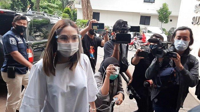 Gisella Anastasia saat tiba di Polda Metro Jaya untuk melakukan wajib lapor kasus dugaan penyebaran video asusila, Kamis (14/1/2021).
