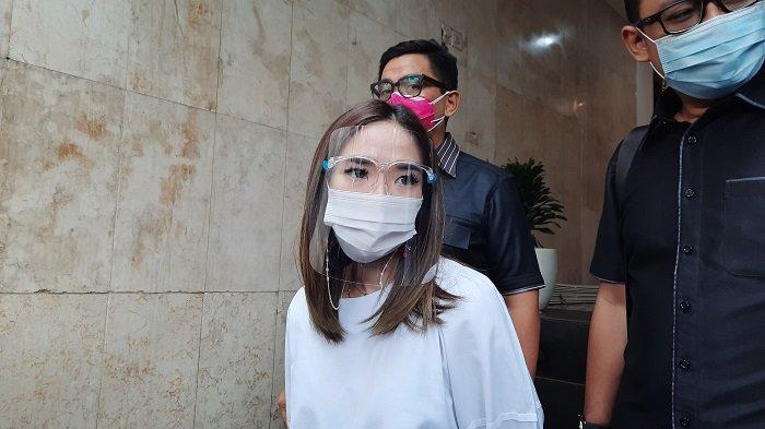 Gisella Anastasia setelah menjalani wajib lapor di Polda Metro Jaya, Kamis (14/1/2021).