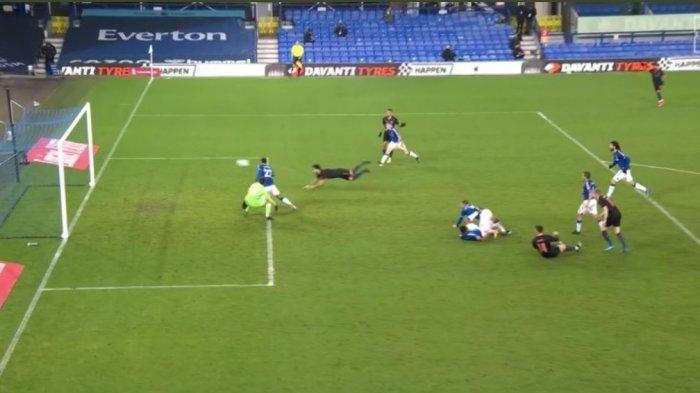 Gol sundulan kepala Ikay Gundogan yang cukup indah. Gundogan memanfaatkan bola muntah yang membentur gawang Everton.