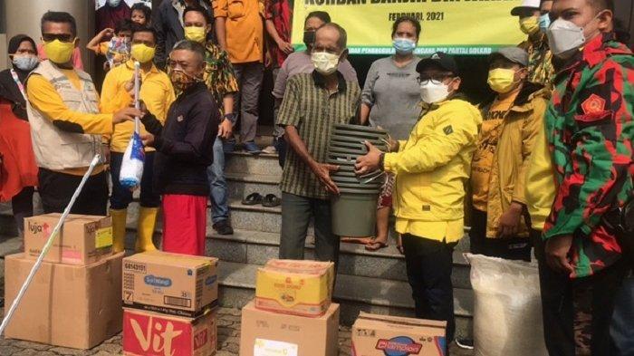 Berbagai bantuan mulai dari makanan hingga masker dan hand sanitizer dibagikan pengurus Partai Golkar kepada warga RW 04 Cipinang Melayu yang ngungsi di Universitas Borobudur, Minggu (21/2/2021).