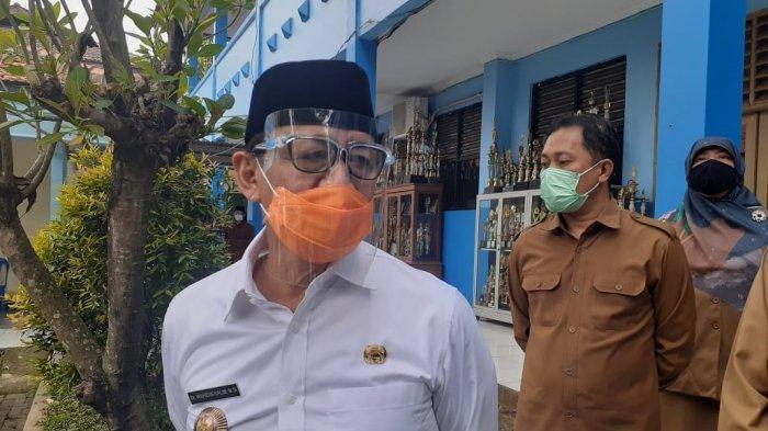 Gubernur Banten, Wahidin Halim memakai masker dan face shield.