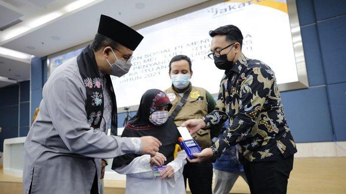 Anies Baswedan Salurkan Bansos pada Lansia, Penyandang Disabilitas, Anak Terdampak Pandemi Covid-19
