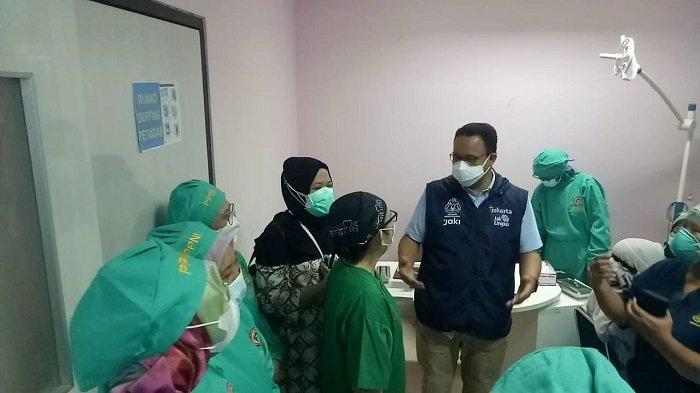 iLUSTRASI Gubernur DKI Jakarta, Anies Baswedan sedang berbincang dengan tenaga kesehatan dalam peninjauan vaksinasi Covid-19 booster di RSUP Fatmawati, Cilandak, Jakarta Selatan, Sabtu (4/9/2021). Saat kecemplung got ia sedang meninjau vaksinasi di Koja, Jakarta Utara.