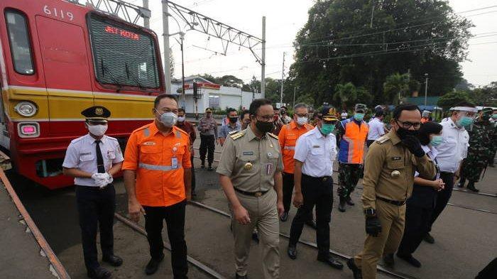 Anies Baswedan dan Bima Arya Ikut Antre di Stasiun Bogor