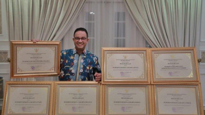 Gubernur DKI Jakarta Anies Baswedan memamerkan tujuh penghargaan sebagai Kota Peduli HAM dari Kemenkumham