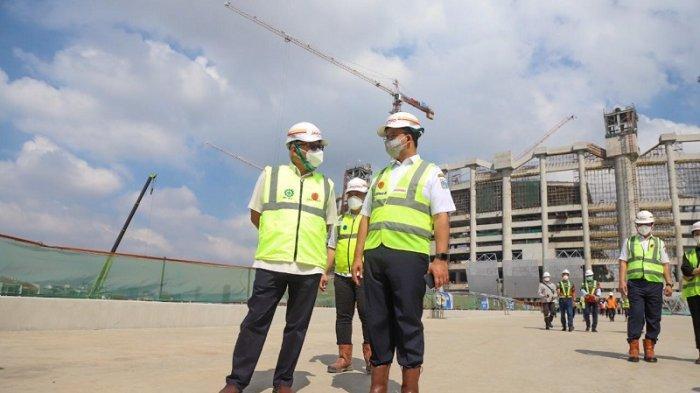 Ketika Anies Takjub Melihat Langsung Proses Pemasangan Rangka Atap Jakarta International Stadium
