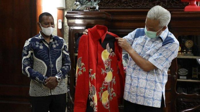 Gubernur Jateng Ganjar Pranowo Senang Diberi Batik Papua, Diundang Rektor Uncen Hadiri Pembukaan PON