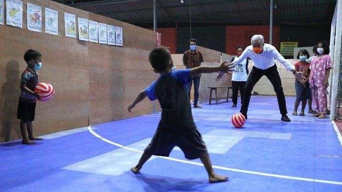 Melihat Serunya Ganjar Pranowo Bermain Bola dengan Bocah-Bocah di Pengungsian Gunung Merapi