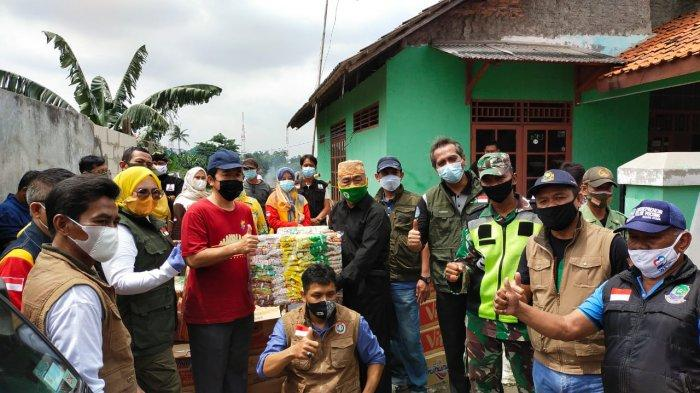 Istri Wali Kota Bekasi Berikan Bantuan Korban Terdampak Banjir di Teluk Pucung