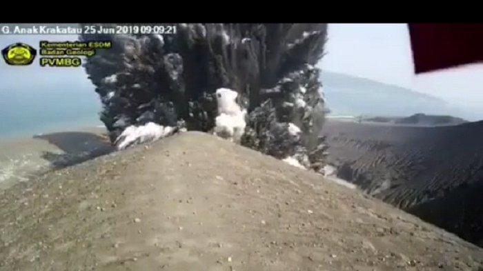 Simak Penampakan Gunung Api Anak Krakatau Erupsi dan Meletus 3 Kali, Terekam Kamera Pemantau ESDM RI