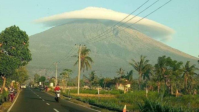 Puncak Gunung Semeru 'Bertopi', Sutopo PN: Jangan Kaitkan dengan Mistis, Ini Penjelasannya