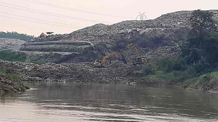 Gunungan Sampah TPA Cipeucang Longsor Tutupi Aliran Sungai Cisadane