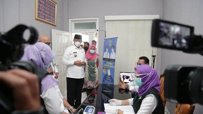Pegawai dan pejabat Pemprov Banten, khususnya yang berkaitan dengan pelayanan serta pejabat dan pegawai instansi vertikal akan mengikuti program vaksinasi Covid-19 pada tanggal 24 - 27 Februari 2021.
