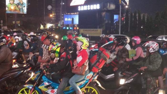 VIDEO: Pemudik Sepeda Motor yang Melintas di Kalimalang Terlihat Berkurang