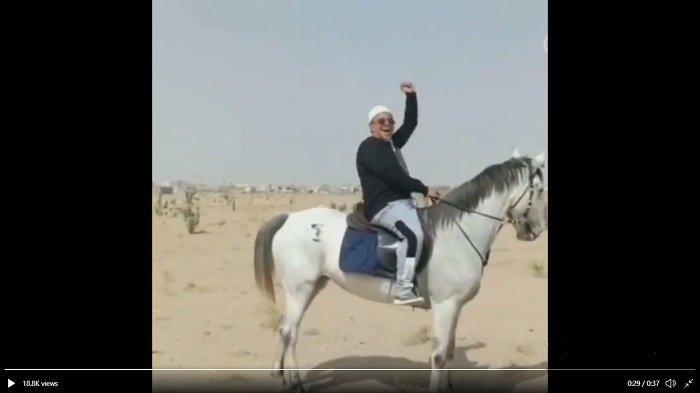Ramadan, Habib Rizieq Asyik Berkuda di Gurun Pasir