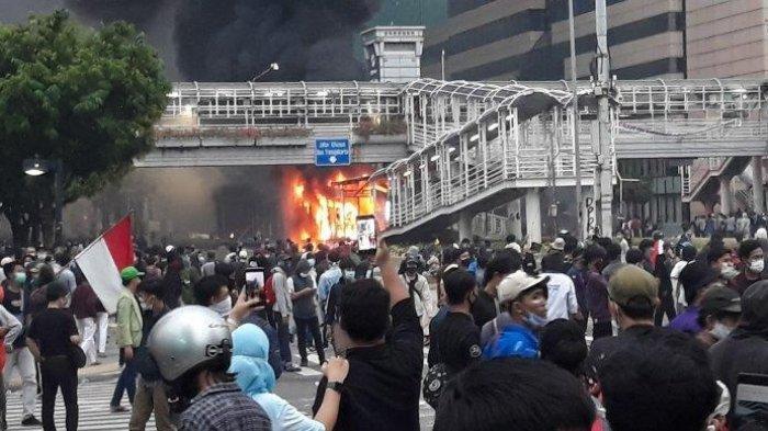 Halte TransJakarta Sarinah dibakar massa di Jalan MH Thamrin, Kebon Sirih, Menteng, Jakarta Pusat pada Kamis (8/10/2020). Adakah penyusup dalam aksi demo menolak UU Cipta Kerja ke kawasan istana?