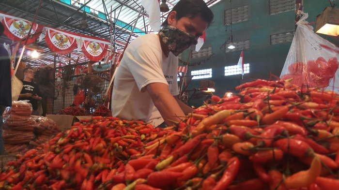 BERITA FOTO: Pasokan Melimpah, Harga Cabai Rawit Merah di Pasar Kramat Jati Turun